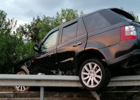 Incidente sulla A20 a Caronia. Range Rover in bilico sul guardrail